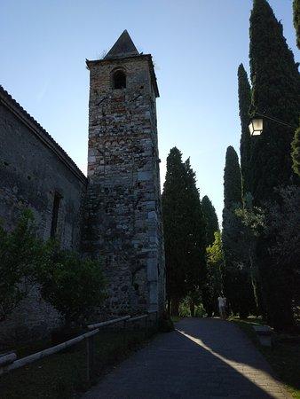 Chiesa di San Pietro in Mavino: Вокруг церкви приятно прогуляться...