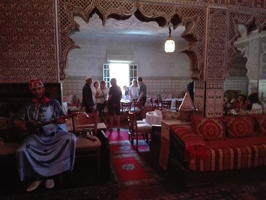 Palais Chahramane: Sala con musicista