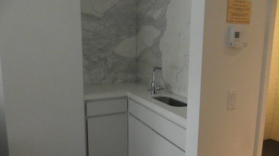 Cassa Hotel Times Square: there's sink outside in living room