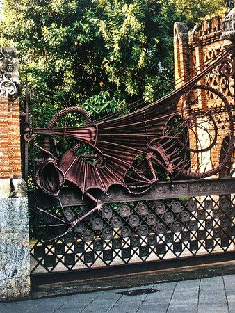 ForeverBarcelona: Gaudi's dragon gate