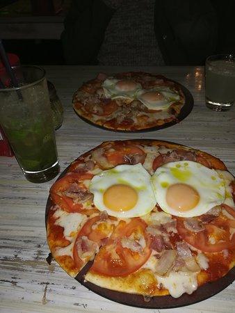 The Pizza Factory: pizza criolla, incluye huevo, tocino, agregamos de forma adicional el tomate.
