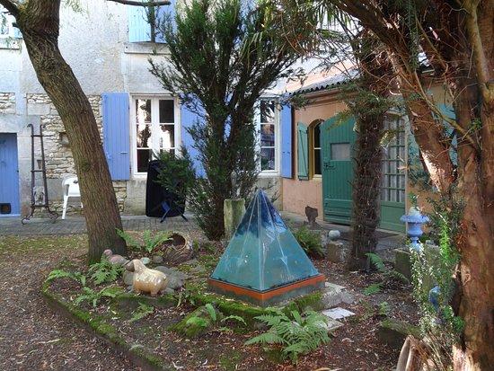 Burie, Francja: La cour ou donne les chambres