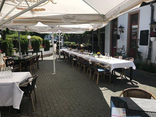 Rodgau, Alemanha: biergarten am 1.7.2018 eingedeckt für Großes Sonntags-Buffet