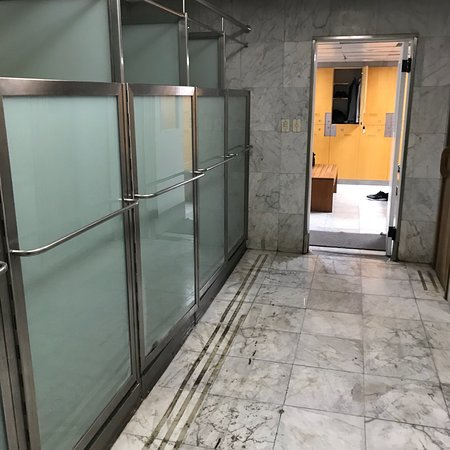 InterContinental Hotel Buenos Aires: Gym's expertly designed locker room with showers & dry sauna: InterContinental Hotel Buenos Aire
