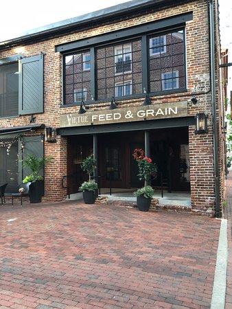 Virtue Feed and Grain: Vue de l'entrée du restaurant.