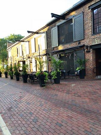 Virtue Feed and Grain: Vue de la terrasse du restaurant, alors qu'il est fermé.