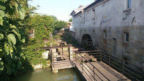 Antico Mulino: Il canale con il mulino