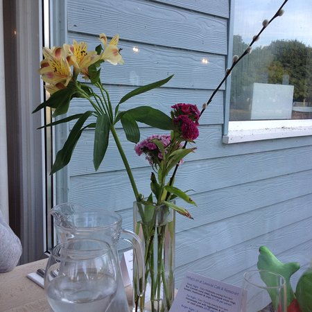 Lakeside Cafe: Fresh flowers on the table.