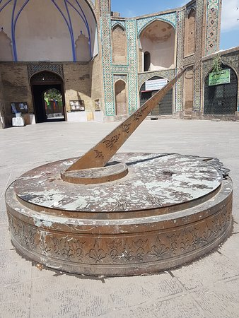 Jameh Mosque of Qazvin: the son clock outside the mosque.