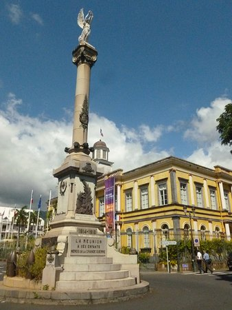 Monument aux morts de La première Guerre Mondiale.: Monument with Town hall in the background