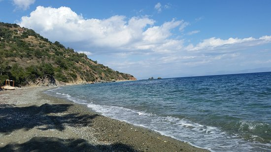Leonidio, Greece: At the far end you can see the secluded beach, fit for nudism