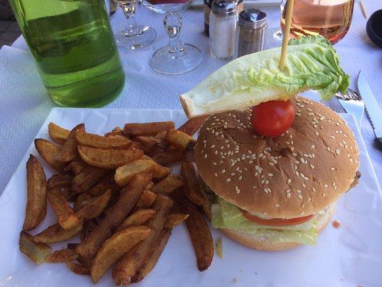 Calacuccia, Frankreich: Hamburger corse avec frites maison