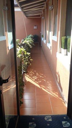 Hotel Roberta: pasillo que da al exterior
