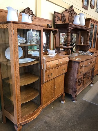 Walla Walla, WA: Beautifully restored old oak furniture.