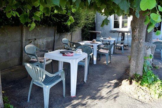 Wemmel, Belgium: leuk klein terras vooraan
