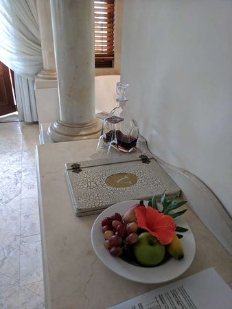 Victoria's at Wategos: lovely fresh fruit and port to welcome you