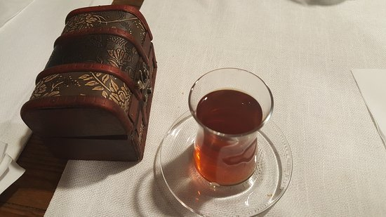 Organic Cave Kitchen: The traditional Turkish tea in glass and the box with check inside
