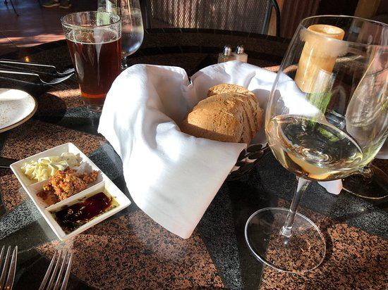Desert Bistro: Complimentary bread and condiments
