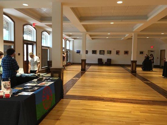 Stuart's Opera House: Huge, beautiful lobby