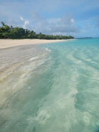 Sandy Beach Resort: Crystal clear waters in front of Sandy Beach