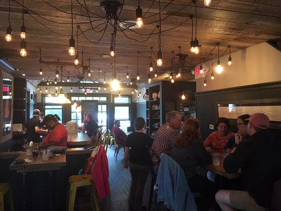 Bethlehem, Nueva Hampshire: A view of the downstairs bar and seating area.