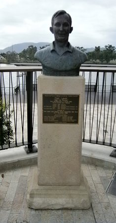 Rockhampton, Australië: Rod Laver monument beside the Fitzroy River