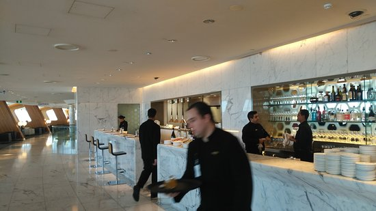 Qantas: Excellent bar at the First Class Lounge in Sydney.