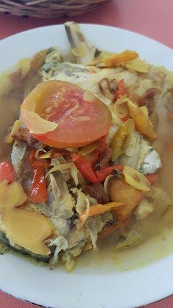 """Warung Sederhana Bojonegoro """"Bu Pasmi"""": Sop kepala ikan asam seger dengan irisan tomat"""
