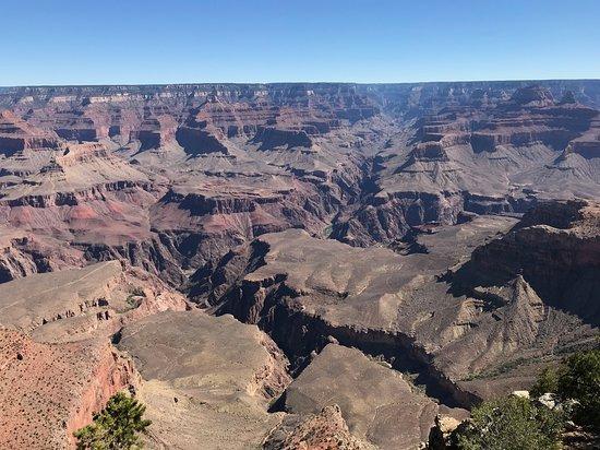 コロラド川の対岸の平らな大地と深い峡谷の対比が恐ろしく感じる