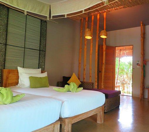 Asita Eco Resort: ภายในห้องพักออกแบบสวยเรียบหรู เฟอร์นิเจอร์ทำจากไม้ทั้่งหมดครับ