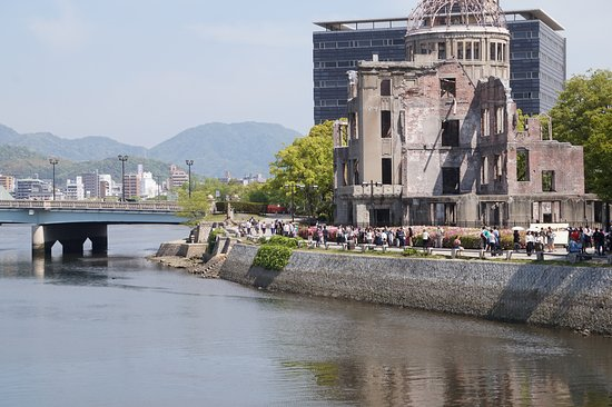 "Мемориал мира в Хиросиме: ""Dome"" next to river"