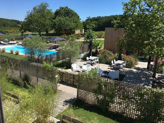 Logis Hotel Le Domaine de Baulieu: Vue d'une chambre, espace piscine et restaurant.