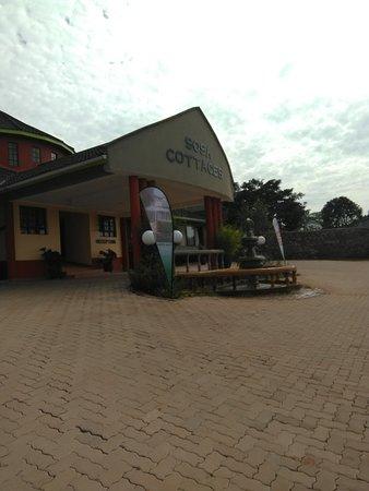 Gisambai, Kenia: Entrance to the reception...lovely fountain..