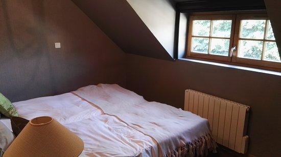 une des deux chambres, sous comble, sans ventilateur... - Bild von ...