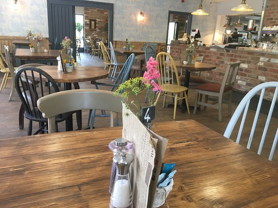 Scorton, UK: Dine inside or out at Daisy Clough Tearoom