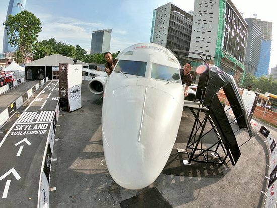 Plane In The City照片