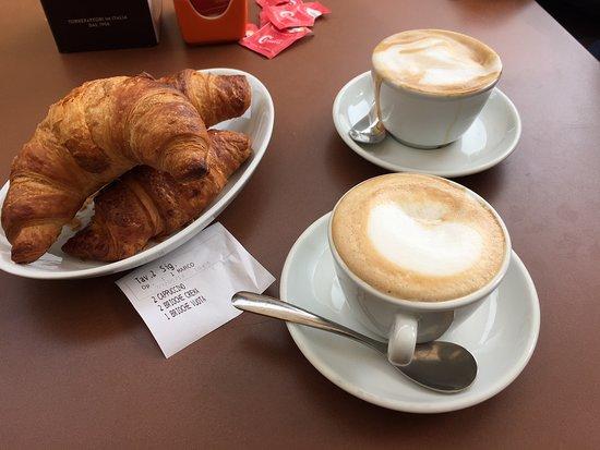 Borghetto, Italy: toller Cappuccino und leckere Brioche verschieden gefüllt