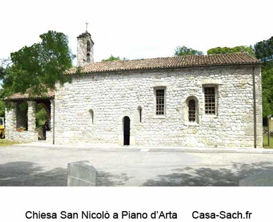 Arta Terme, Italy: Tombé amoureux de cette église dont l'agencement des ouvertures dans la façade est très moderne.