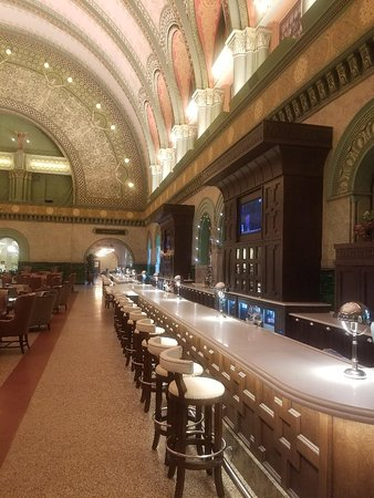 St. Louis Union Station Hotel, Curio Collection by Hilton: Great bar and lobby!