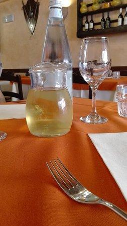 Un Quarto Di Litro.Coperto Un Litro D Acqua E Mezzo Di Vino Bianco Picture