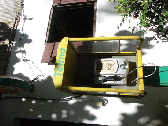 Mahavelona, Madagaskar: Cabine téléphonique devant l'entrée (à carte! mais avec clavier oxydé)