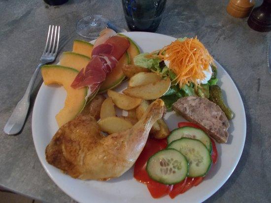 Caussens, France: pâté au fois gras, oeuf mollet / salade, melon et jambon de pays cuisse de poulet poulet rôti