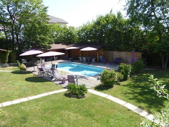 Thoiry, France: de notre table...vue sur la piscine!