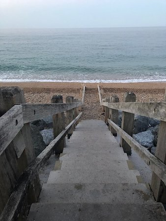 Beesands, UK: Steps down to the beach