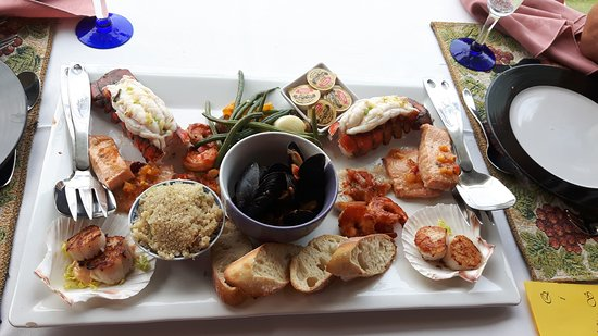 Wallace, Canadá: our seafood platter of lobster,scallops, shrimps, salmon, musells, and haddock.