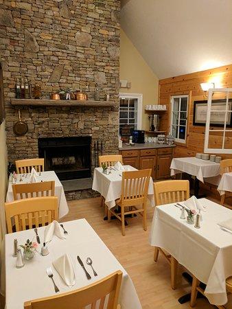Carmel Cove Inn at Deep Creek Lake: Breakfast served daily; coffee/tea always available via Kurig machine.
