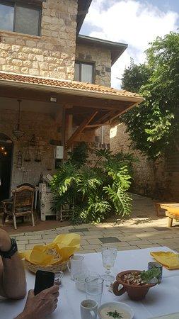 Shulamit Yard: Courtyard for breakfast