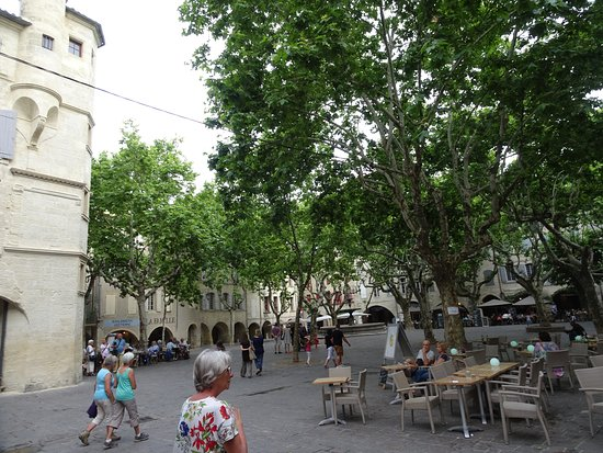 Uzes, France: Place aux herbes et les terrasses de restaurants qui la bordent