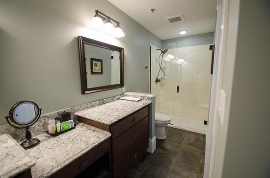 Wharf Street Inn: Riverfront room 105 bathroom