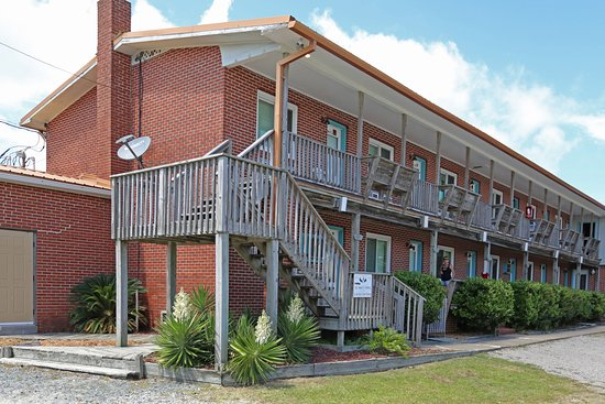 Cape Pines Motel: Main Building view from sidestreet (Lightplant Road)